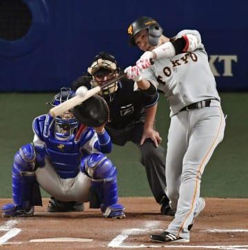 中日―巨人の6回、巨人1死から坂本勇人が左越えに先制本塁打を放つ=9月19日、ナゴヤドーム