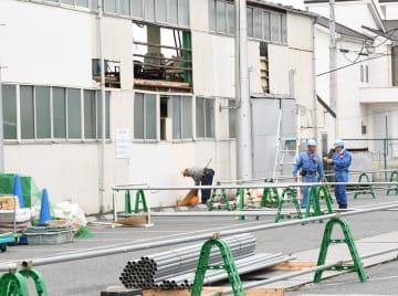鉄柱撤去の準備工事を行う作業員ら=15日午前、市原市五井