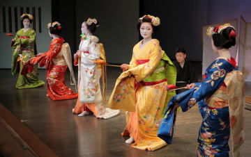 先斗町の「水明会」の本番を前に、公開された舞台稽古(京都市中京区・先斗町歌舞練場)