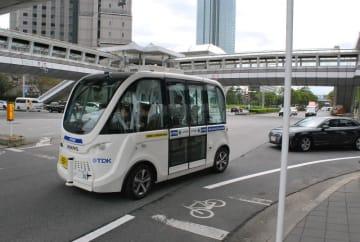 幕張新都心を走る自動運転バス=15日、千葉市美浜区