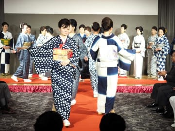 藍の絞り染めが華やかに披露された着物ショー=14日、木更津市内のホテル