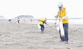 今年最後の清掃活動に取り組んだ鳴り砂を守る会メンバーら