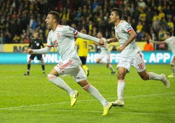 スウェーデン戦で同点ゴールを決め、喜ぶスペインのロドリゴ(左)=15日、ソルナ(ゲッティ=共同)