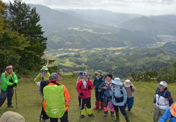 黒森山山頂からの景色を楽しむ参加者ら