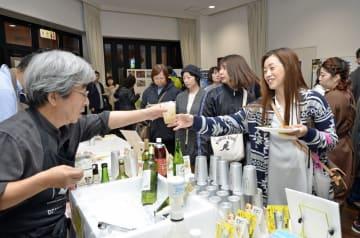 函館市からの参加店などが料理と飲み物を提供した土手町コミュニティパーク