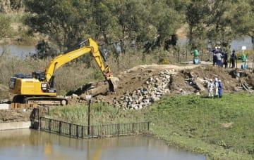 決壊した阿武隈川の堤防を視察する有識者の調査委員会=16日午前11時3分、福島県須賀川市