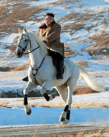 白頭山で白馬に乗る北朝鮮の金正恩朝鮮労働党委員長(朝鮮中央通信=共同)