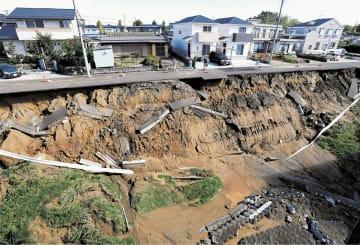 台風の雨で崩れた住宅地ののり面=13日午前9時45分ごろ、仙台市泉区泉中央3丁目
