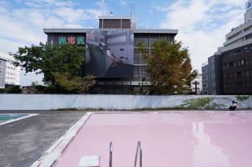 旧小学校のプールの水がピンク色に!?