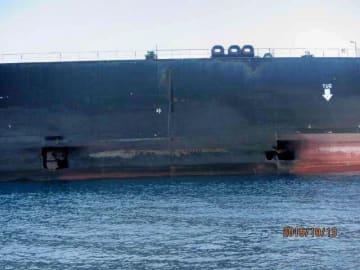 14日、国営イラン放送が公開したタンカーの写真。右舷の2カ所に穴が開いている(国営イラン放送提供・共同)