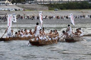 和歌山と三重の県境を流れる熊野川で行われた熊野速玉大社の例大祭「御船祭」の早船競漕=16日午後