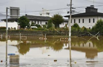 千曲川の堤防決壊で浸水し復旧のめどが立たない長野市赤沼の下水処理場=14日
