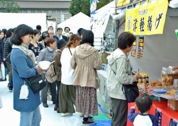 ブースに行列ができるなどにぎわう「青森人の祭典」=東京・上野公園