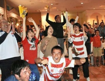 玉名市のパブリックビューイング会場で日本代表を応援する観客ら=13日