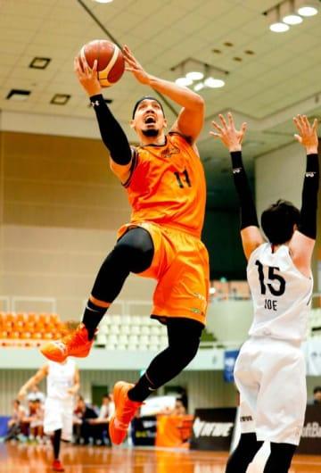 【愛媛OV―奈良】 第3クオーター、愛媛OV・タプスコットのシュートで60―50とする=県総合運動公園体育館