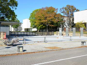 大規模改修工事に伴い拡幅された南門=岐阜市宇佐、県美術館