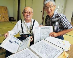 南千歳町内会会報を手にする(左から)畠山さん、街道さん
