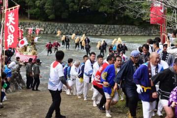 伊勢・五十鈴川 900人「エンヤー」川曳 台風被災復興も願う 三重