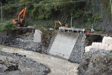 車の往来ができず、復旧工事が進められている道路=16日午後0時40分ごろ、小鹿野町両神小森