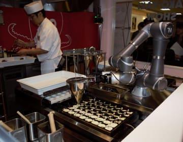 従業員の負担軽減に役立つたこ焼きロボット=16日午前、千葉市花見川区のポッポ幕張店