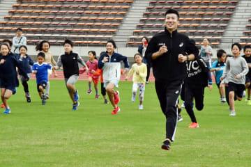 スポーツイベントで小学生とかけっこをする桐生選手=柏市