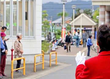 亀岡市内のスーパー前で、買い物客らにレジ袋提供禁止条例の是非を問い演説する候補