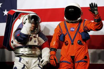 15日、米航空宇宙局(NASA)が公開した宇宙服の試作品。月面探査用(左)と宇宙船内用=ワシントン(ロイター=共同)