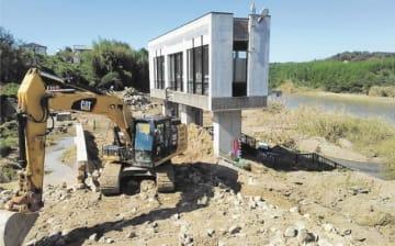 堤防が決壊した阿武隈川上流の現場=16日正午すぎ、須賀川市浜尾