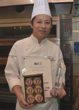 賞状と受賞したベイクドスフレを持つ横山聡昭さん=土浦市東真鍋町