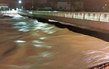 12日夜、水かさが増す金目川