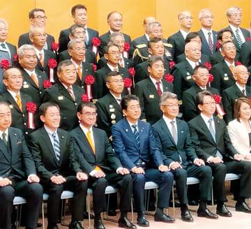 奥田会長(後列左から3番目)と式典関係者ら