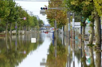 道路が冠水した郡山中央工業団地=14日、福島県郡山市