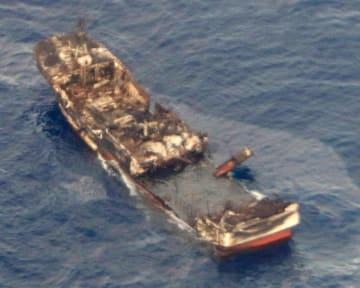 宮城県沖の公海で発見された焼け焦げた船=17日午後(海上保安庁提供)