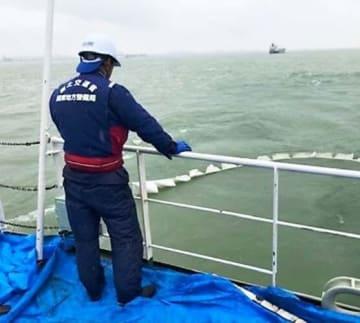 吸着マットで油を回収する「べいくりん」(国交省関東地方整備局提供)