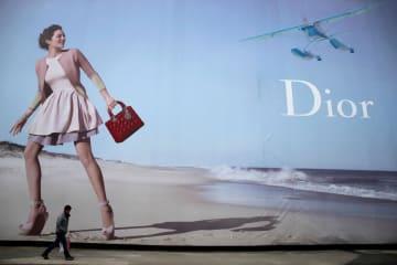 武漢のショッピングモールに設置された「ディオール」の屋外広告=2013年(ロイター=共同)