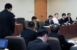 教員間暴行・暴言問題について委員から質問が相次いだ市会文教こども委員会=17日午後、神戸市役所