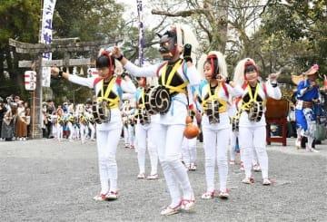 浮立、獅子の踊り観客魅了 長崎市で「矢上くんち」