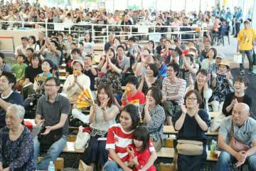 オーストラリア対ウルグアイ戦で盛り上がるファンゾーンの観客=5日、大分市東大道の大分いこいの道広場