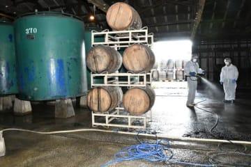 貯蔵庫を消毒する作業員=郡山市・笹の川酒造