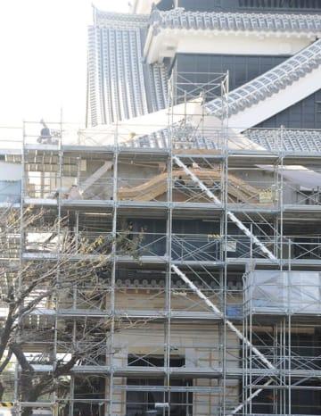 天守閣の出口に当たる附櫓。特徴的な曲線を持つ木造の唐破風が見える=10日、熊本城
