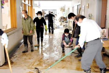 川越キングス・ガーデンの施設内を清掃するボランティアら=16日午後、川越市下小坂