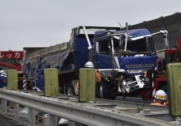 山陽自動車道下り線の事故現場から移動される大型車=18日午前10時45分、岡山市
