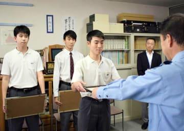 小林経明署長(右)から感謝状を手渡される長田さんら=千葉市美浜区の幕張西中学校