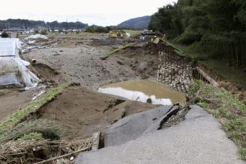 台風19号の影響で決壊した那珂川の堤防=15日、茨城県常陸大宮市