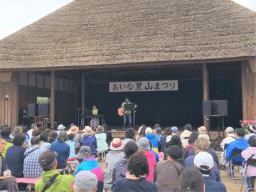 あいな里山公園で、原田伸郎のトーク&ライブが行われた(写真:ラジオ関西)