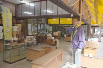 陳列台や商品などが浸水した袋田の滝近くの土産店「まるせんや」=17日午後2時55分ごろ、大子町袋田