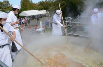 巨大な「縄文なべ」で作られた2500人分のせんべい汁
