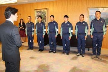 岡山県庁での出発式で伊原木知事(左)から激励を受ける派遣職員
