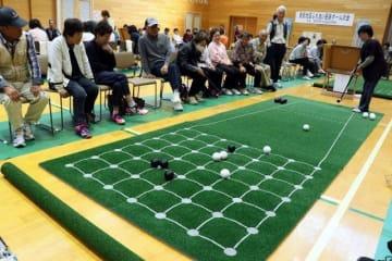 和やかな雰囲気でプレーを楽しむ参加者
