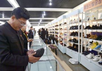 平壌で開かれた秋季全国靴展示会=18日(共同)